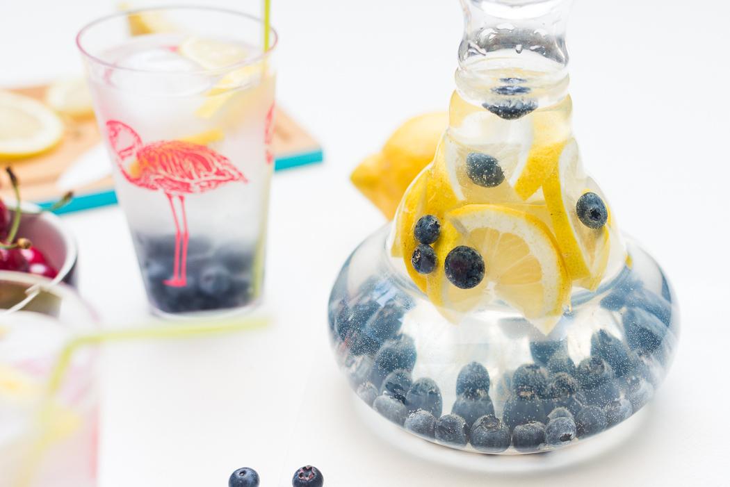 Infused-water-gesund-healthy-wasser-mit-geschmack-obst-gemüse-blaubeeren