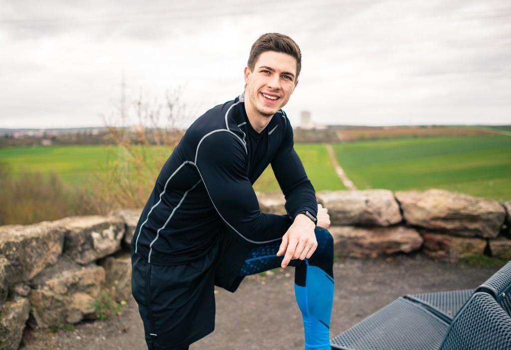 Freies Outdoor Workout ohne Gewichte  Da die Temperaturen langsam steigen und der Frühlings bereits da ist, gibt es heute unser erstes Outdoor Workout für dieses Jahr. Ich zeige dir heute ein paar einfache Übungen, die du ganz einfach und überall mit deinem eigenen Körpergewicht machen kannst. Alles was du hierfür brauchst ist eine Bank.  Das Outdoor Workout besteht aus 5 Übungen:  Squat-Jumps Ausfallschritten Skippings Liegestützen Dips Hier habe ich ein Video für dich, in dem ich dir alle Übungen einmal vormache:     Ideal lässt sich das Workout während oder am Ende eines kleinen Laufes machen. Somit kannst du dein Ausdauer- und Cardiotraining perfekt mit etwas Krafttraining abrunden.  Die ersten Übungen wie die Squat-Jumps, Ausfallschritte und Skippings stärken vor allem deine Beinmuskulatur.  Outdoor Workout - Dreamteamfitness  Outdoor Workout - Dreamteamfitness  Die Liegestütze und Dips stärken hingegen deine Brust, die Schultern und deine Arme.  Outdoor Workout - Dreamteamfitness  Outdoor Workout - Dreamteamfitness