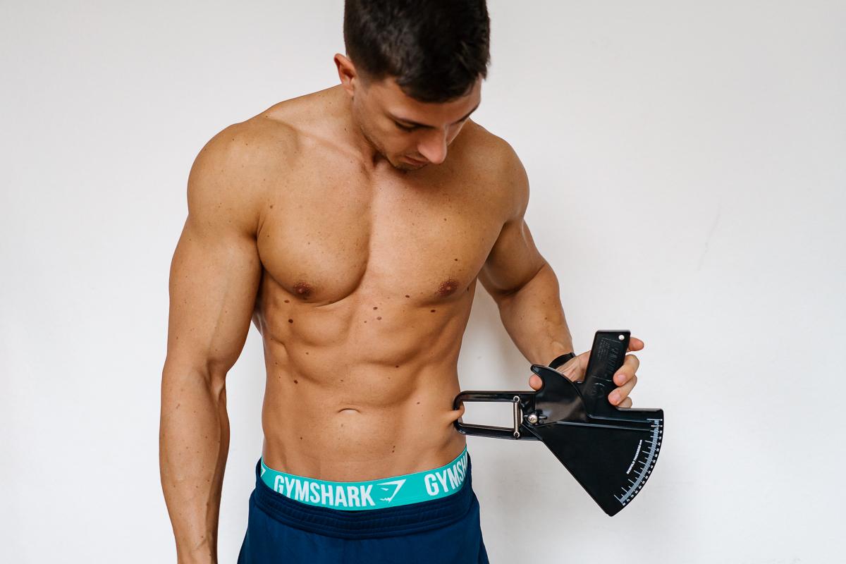 Diät-Fitness-Mann verlieren Fett und gewinnen Muskeln